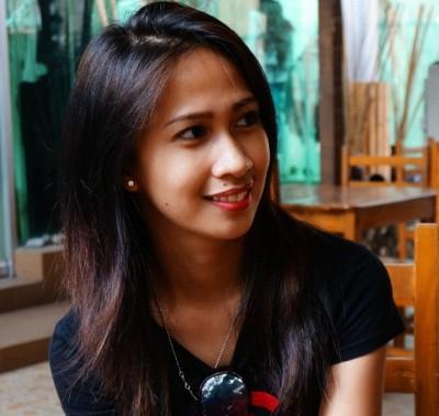 見返り美人のフィリピン女性20代