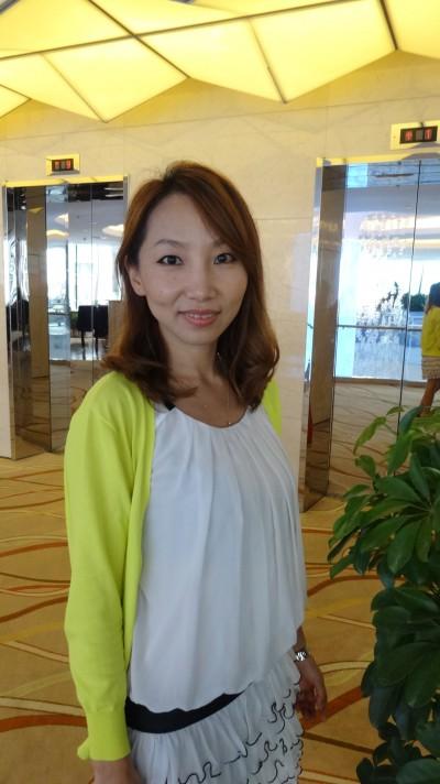 明るい中国女性30代