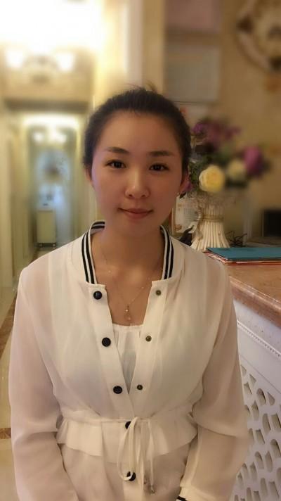 色白できれいな中国人女性20代