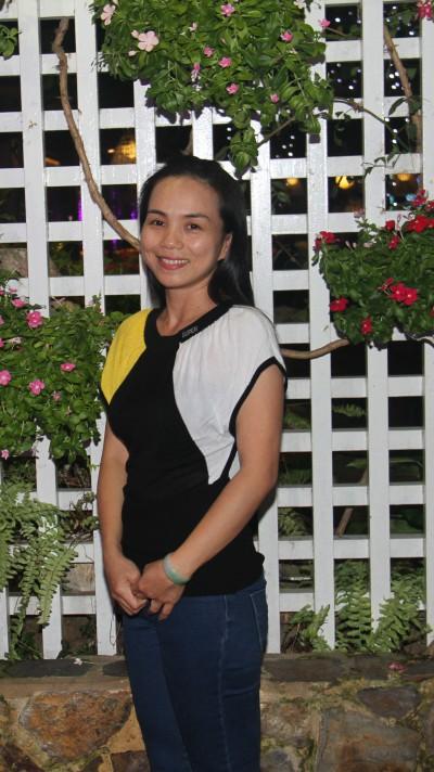 長い黒髪がきれいなベトナム女性30代