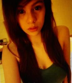 小柄でスリムなフイリピン女性20代