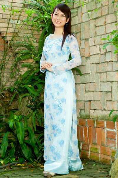 アオザイ姿が美しいベトナム女性20代