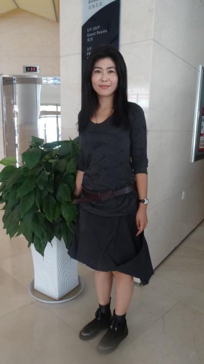 シンプルな中国女性30代