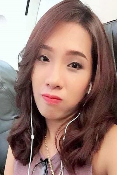 アオザイの似合う長身のベトナム女性20代