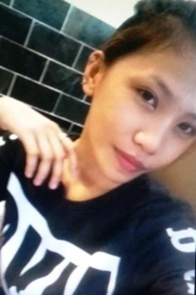 小柄でスリムなチャーミングなフィリピン女性20代