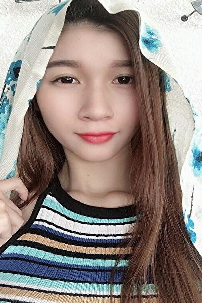 足の綺麗なお洒落なベトナム女性20代