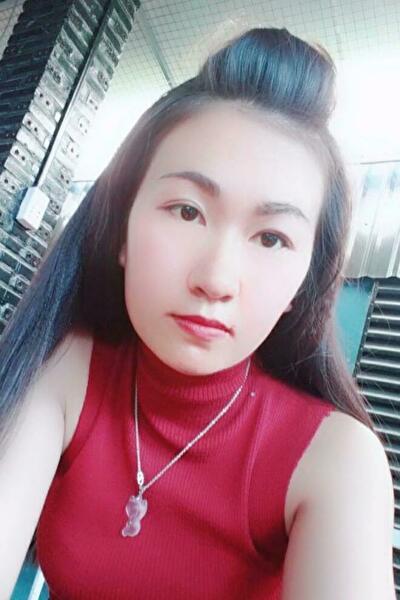 歌の好きな明るいベトナム女性20代