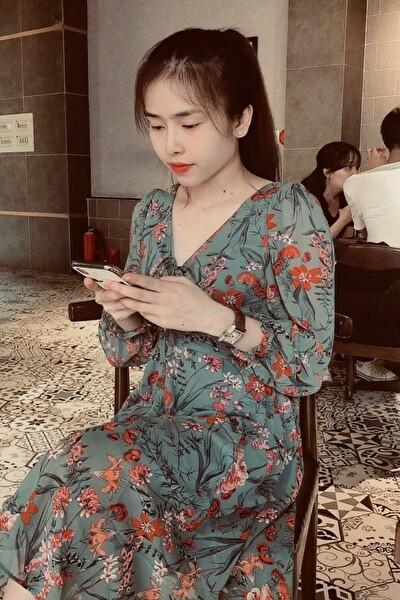 長い髪の綺麗なベトナム女性20代
