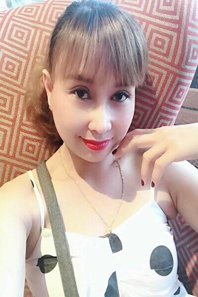 瞳の綺麗な落ち着いたベトナム女性30代