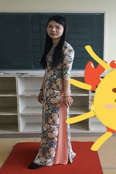 福岡在中のアオザイの似合うスリムなベトナム女性20代