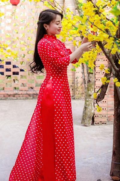 散歩の好きなお洒落で社交的なベトナム女性20代