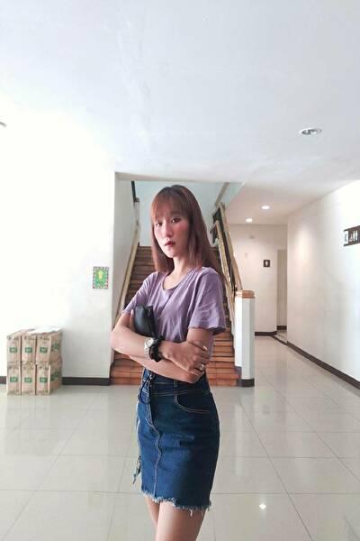 長身でスタイルの良いフィリピン女性20代